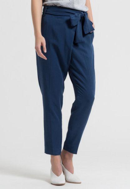stijlvolle en zomerse broek Jolena in 'true blue' kleur uit de collectie van ARMEDANGELS assymetrische sluiting | wrap look | sluiting met haakjes en rits | afneembare strik steekzakken aan de voorzijde | faux-zakjes aan de achterzijde materiaal: 100% Tencel® | lengte: 70cm | pasvorm: normaal, strakker op de kuit