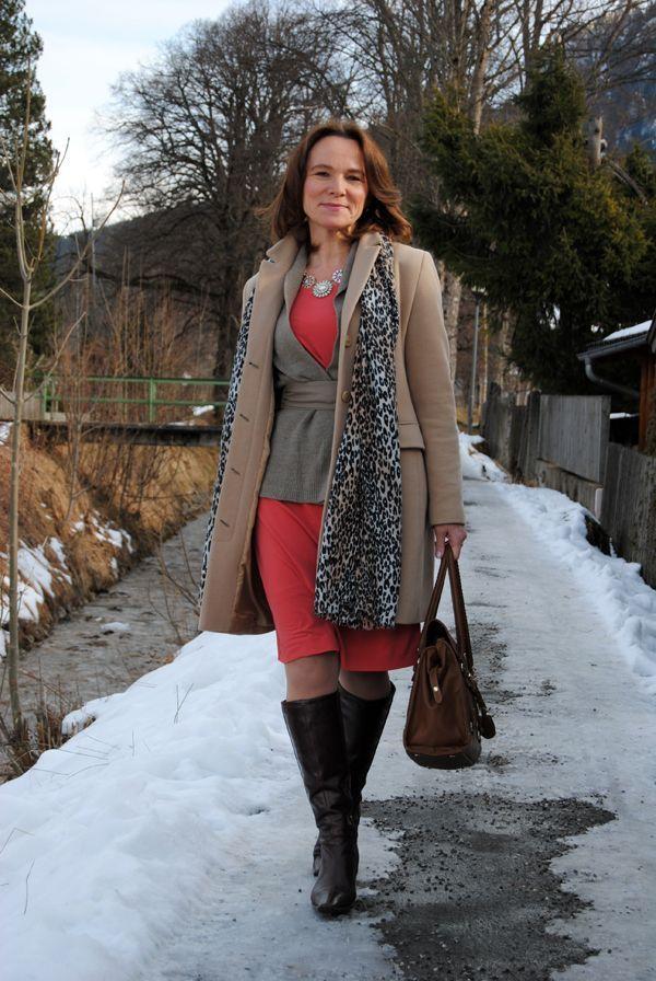 3. Sobreposição, quando bem feita, fica super estilosa! Ela usou vestido de malha vermelho, suéter com faixa na cintura e sobretudo bem grosso cáqui. Finalizou com botas de cano alto e lenço animal print. E não esqueceu do maxi colar. Foto: Lady of Style