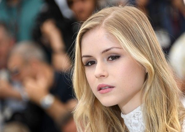 """Erin Moriarty Photos Photos - US actress Erin Moriarty poses on May 21, 2016 during a photocall for the film """"Blood Father"""" at the 69th Cannes Film Festival in Cannes, southern France.  / AFP / ANNE-CHRISTINE POUJOULAT - 'The Salesman (Forushande)' Photocall - The 69th Annual Cannes Film Festival"""