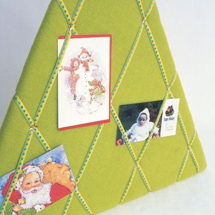 Om alvast te maken voor de kersttijd aanbreekt. Benodigdheden: driehoekige plank, groen vilt en mooie linten.