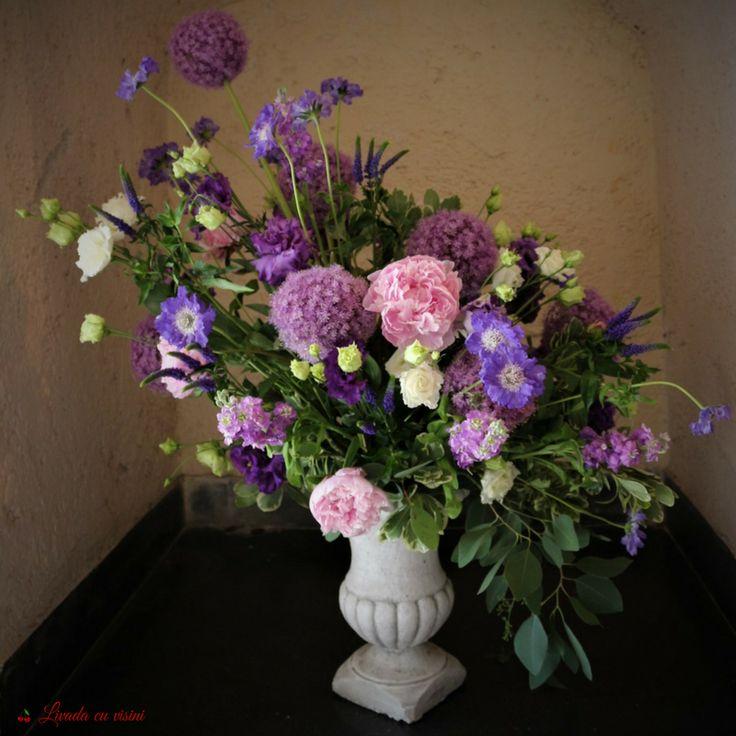 #aranjament #masa #floral #table #arrangement #wedding #event #centerpiece #madewithjoy #livadacuvisini #floraldesidn #paulamoldovan #flowers #events #bucharest #flori #bucuresti #nunta #botez #evenimente #porcelain #pink #vintage #shabbychic #romantic #peonies #peony #bujori #scabiosa #alium #veronica #trandafiri #eucalipt #urna