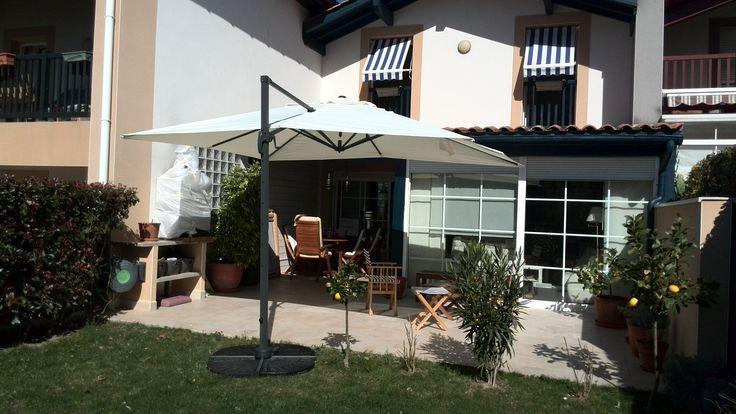 Falgos : parasol déporté carré 3x3m  #jardin #terrasse #déco #inspiration #détente #soleil #été #printemps #parasol http://www.alicesgarden.fr/parasol-tonnelle/parasol/parasol-deporte-3x3