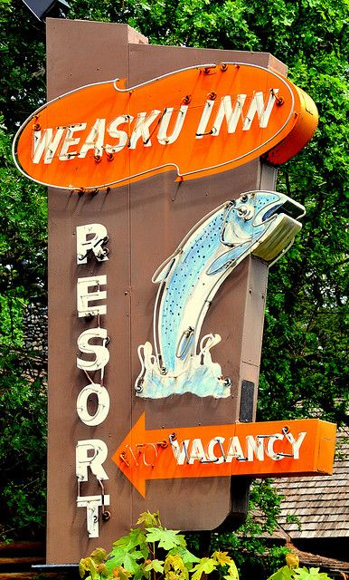 Weasku Inn. Iconic sign. Historic resort with cabins on the banks of the Rogue River, Grants Pass, Oregon.