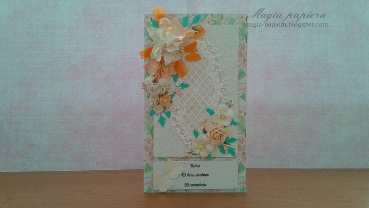 Kartka przygotowana z okazji urodzin. Wykonana z papierów Galeria Papieru –Lilie polne. Ozdobiona kwiatami Wild Orchid Crafts, wstążką szyfonową oraz papierowymi motylkami.