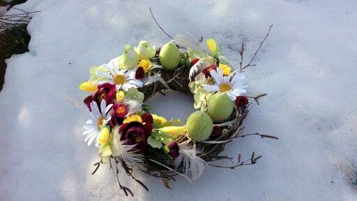 Jarní věnec na sněhu