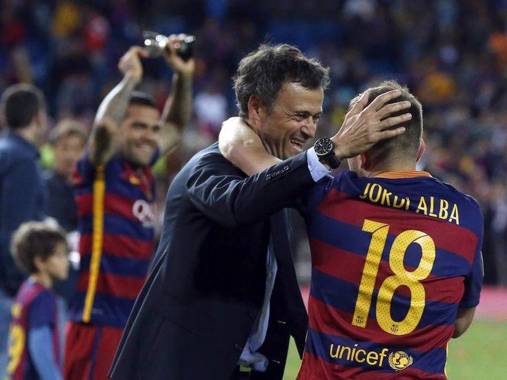 El entrenador del FC Barcelona, Luis Enrique (i), celebra con Jordi Alba tras vencer al Sevilla en la final de la Copa del Rey.