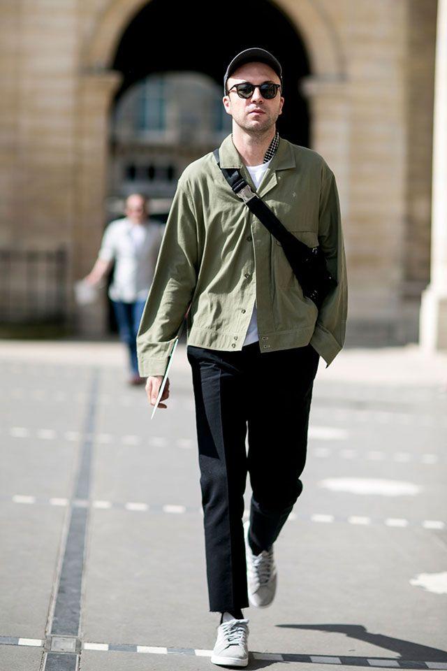 Парижское лето не изнуряет гостей недели моды жарой: сейчас температурный максимум достигает +25, к вечеру опускаясь до комфортных +20 градусов. Женщины, как обычно, погодные условия игнорируют, представляя весь спектр возможных стилей и униформ