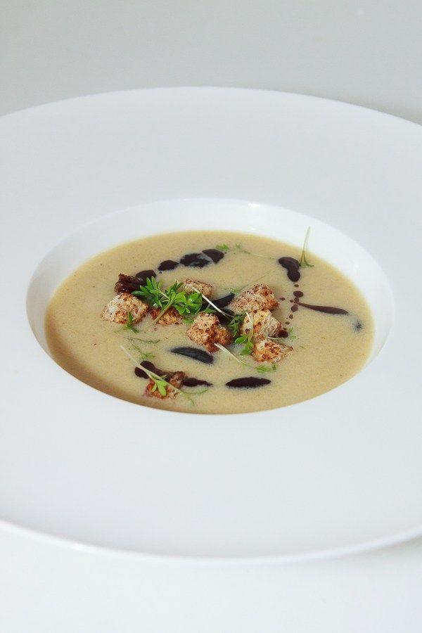 Herbstliche Suppe mit trockenem Riesling, einem guten Fond, Zimt-Croutons und Weintrauben.