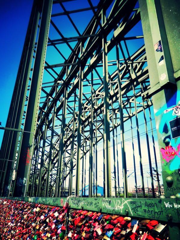 Kölner Hohenzollernbrücke; Liebesschlösser
