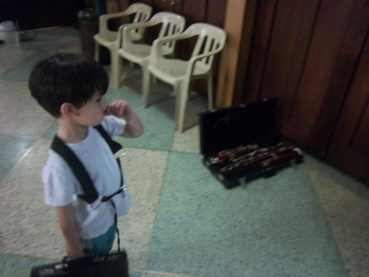 Orquesta Sinfónica Juvenil de Colombia en Bogotá D.C. Niño estudiante de Fagot esperando a su instructor