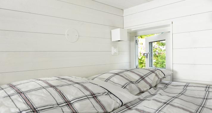 SASA1 Designer Thomas Sandell Bed Nook | www.sommarnojen.se #sommarnojen #scandinavia #bedroom #bed #interior #summerhouse #sommarnöjen #skandinaviskdesign #skandinaviskarkitektur #sommarhus #fritidshus #naturmaterial