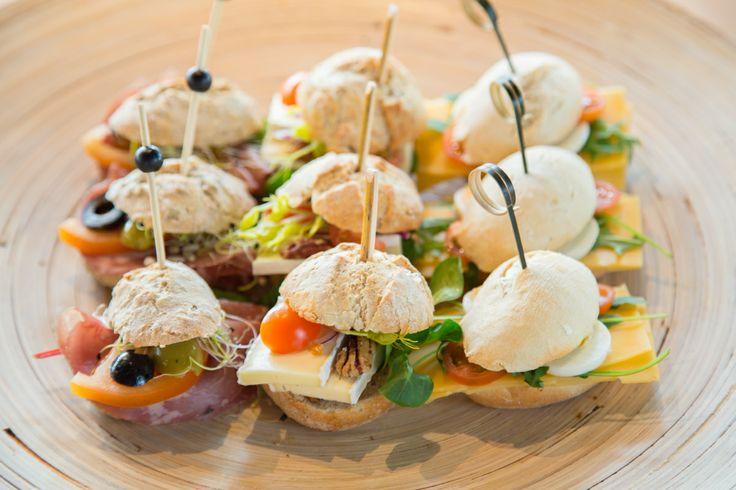 Vroeg uit de veren? Al een reis achter de rug voordat u aan uw congres of evenement begint? Begin de dag ontspannen met een lekker vers en voedzaam ontbijt. Alles is mogelijk met de #maatwerk #catering van de #Buitensocieteit #Zwolle.