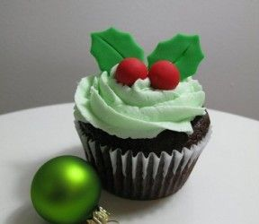 Kerst cupcake met hulst en besjes