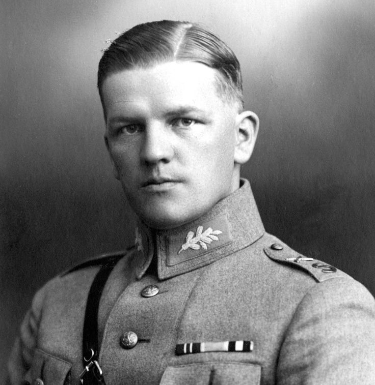 Kaksinkertainen Mannerheim-ristin ritari Kenraalimajuri Aaro Pajari (1897-1949).