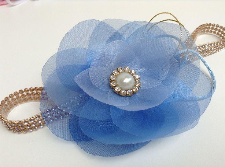 faixa head band de strass com uma flor bem delicada em tom sobre tom azul, com elástico na nuca, não aperta!  Favor informar a medida da cabeça. ou a idade na hora da compra