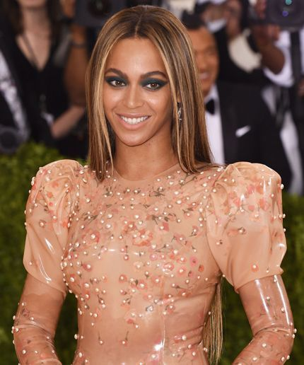 Beyoncé Shows Up To Met Gala Solo, Blows Everyone's Minds #refinery29  http://www.refinery29.com/2016/05/109807/beyonce-met-gala-solo