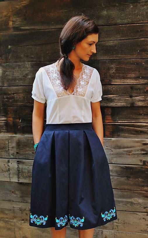 mara.zb / modrá sukňa s výšivkou