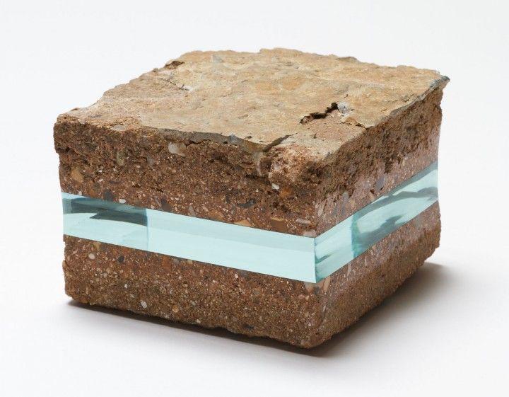 L'artiste Ramon Todo ajoute dans des pierres et des livres des tranches de verre parfaitement ajustées.