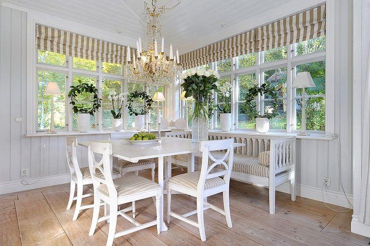 Härlig matplats med grönskan utanför de vackra fönsterpartierna som ger rikligt med ljus till