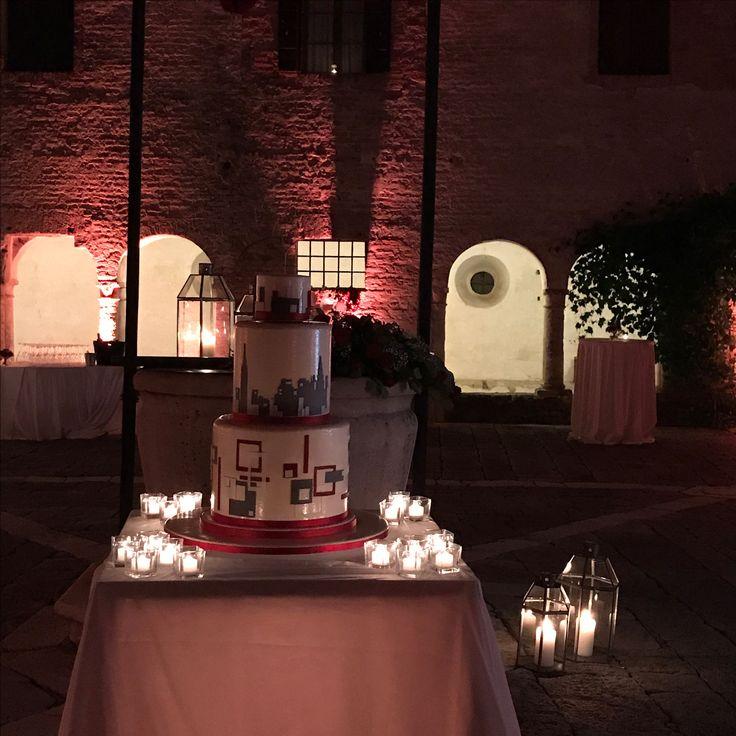 Il taglio torta: un momento romantico per un matrimonio geometrico e moderno, un matrimonio color rosso