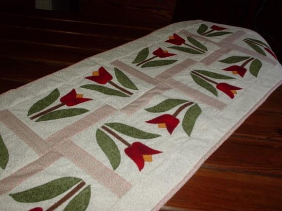 Trilho de mesa em patchwork motivo tulipa,forrada com manta acrílica,em tecido 100% algodão R$75,00