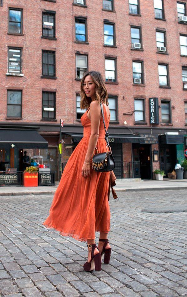 Street style look com vestido laranja