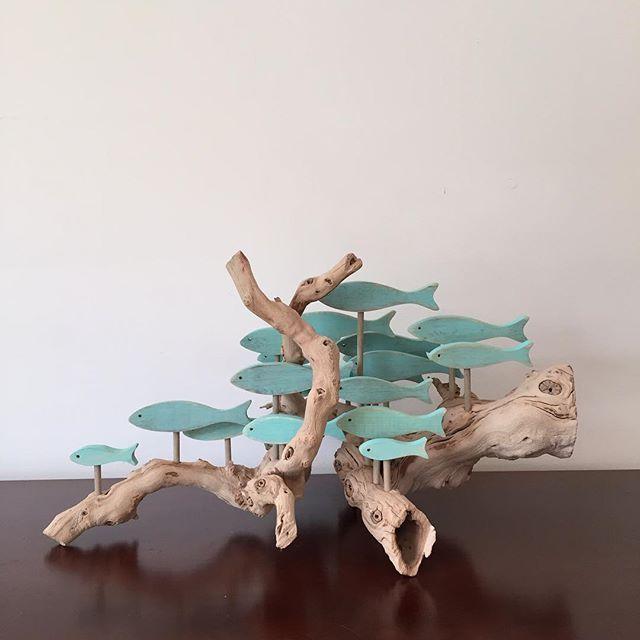 Une école de poisson sur un morceau de bois flotté complètement différent. #driftwoodart #gif…