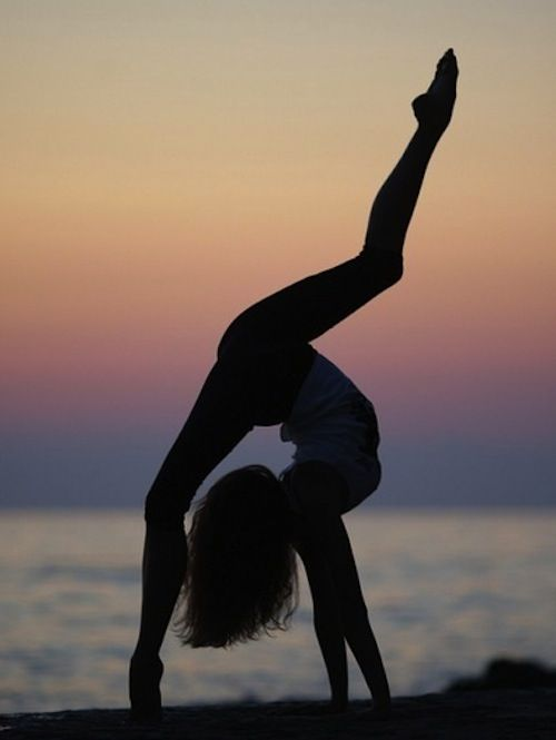 Beautiful, Yoga Poses, At The Beach, Fit Girls, Gymnastic, Yoga Inspiration, Ballet, Flexibility, Dance