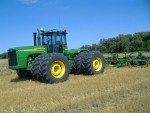 Трактор Джон Дир (John Deere) 9420 http://xn--80aai6cb.xn--p1ai/%d1%82%d1%80%d0%b0%d0%ba%d1%82%d0%be%d1%80-%d0%b4%d0%b6%d0%be%d0%bd-%d0%b4%d0%b8%d1%80-john-deere-9420/  John Deere является уникальным производителем сельскохозяйственного оборудования. Компания проектирует и конструирует главные узлы и механизмы своих продуктов самостоятельно (кабину, трансмиссию, двигатель, ходовую часть). Опыта и возможностей, сравнимых с брендом John Deere, не имеет более ни один мировой производитель…