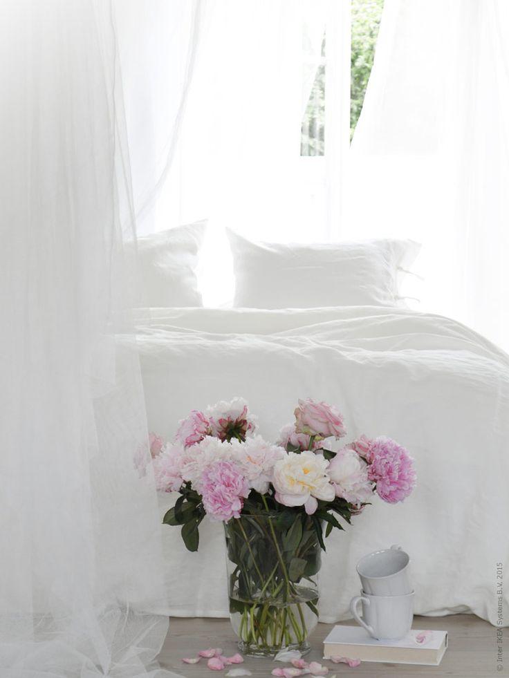 Morgondis, varma vindar som leker mellan gardinerna och solstrålar som letar sig in i rummet. En varm kopp kaffe, favoritboken och doften av blommor. Fluffiga täcken och påslakan i svalaste linne. Finns det något bättre sätt att vakna upp på?
