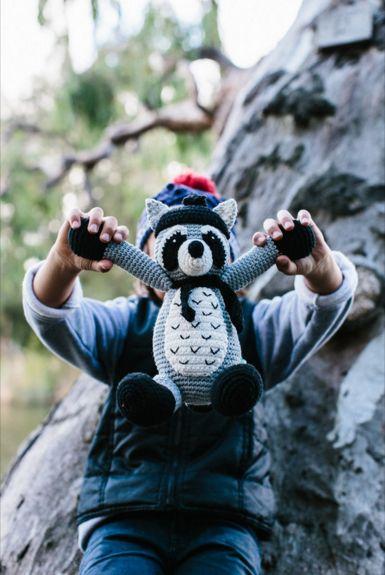 La De Dah Redman Raccoon #ladedah #eclectic59 #wasbeer #softie #kraamcadeau #gehaakt #speelgoed #knuffels