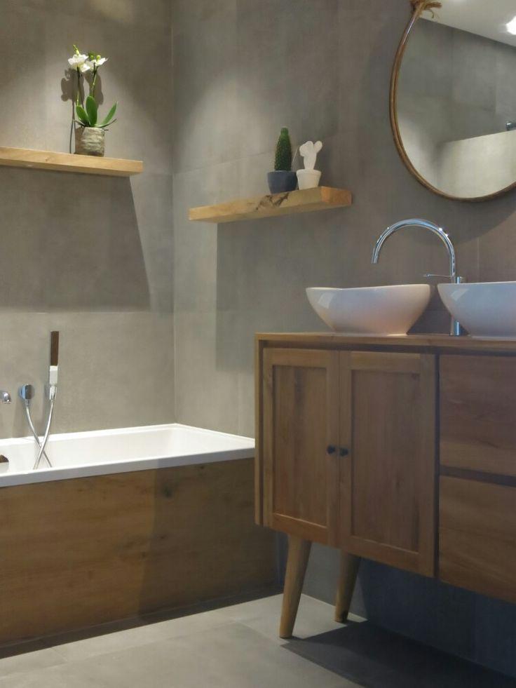 Hammam badkamer met betonlook tegels en hout. Ronde spiegel en bijzonder dressoir als wastafel meubel. bijna klaar! :)