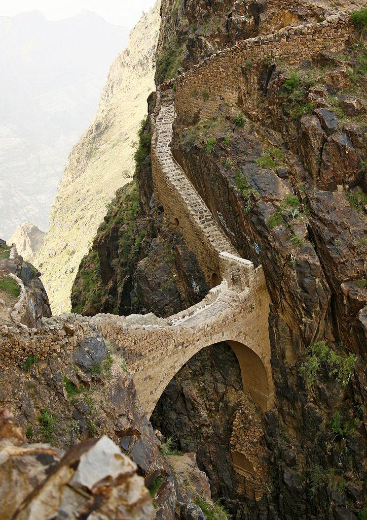The Shahara Bridge Over A Rocky Yemen Bilder