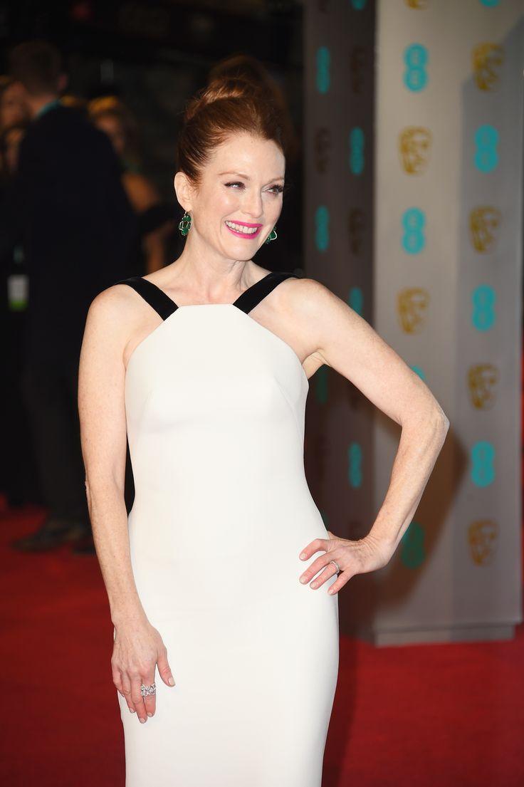Juliane Moore.  Eligió un vestido blanco con detalles de terciopelo negro en el cuello y en la parte trasera de la falda a modo de pequeña cola. Un diseño que llevaba la firma de Giorgio Armani.