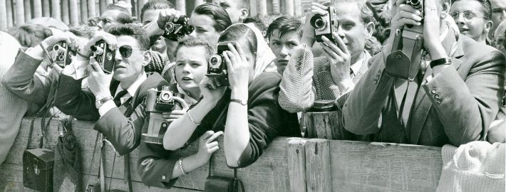 Toeristen fotograferen Paus Pius XII op het Sint Pietersplein, 21 april 1957