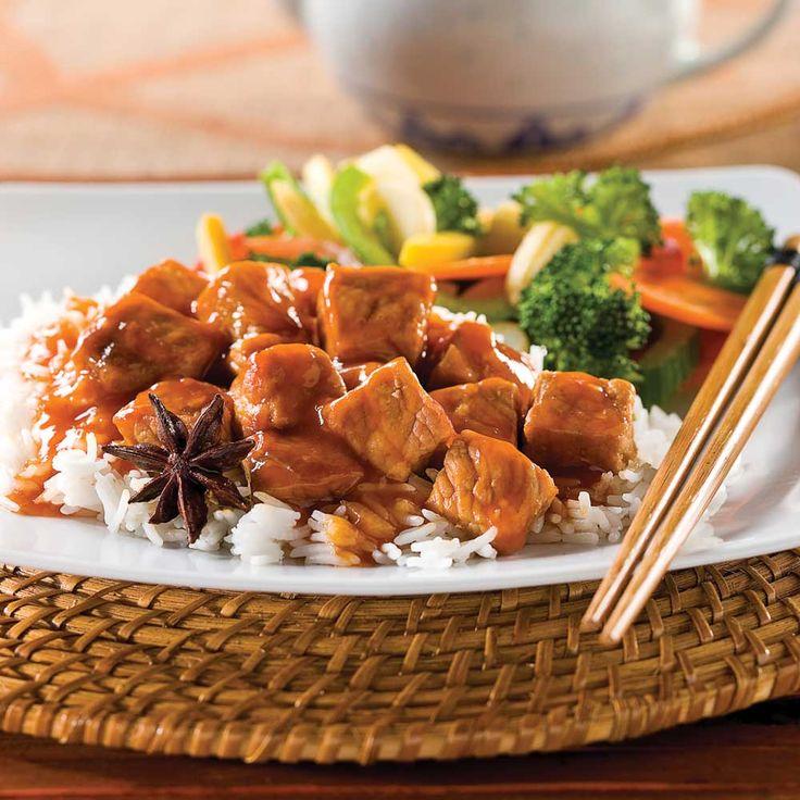 Rien ne vaut la mijoteuse pour déguster la vie en mode simplifié! Dans ce mijoté de porc à la chinoise, la chair acquiert une tendreté inégalée. La sauce soya, la sauce aux prunes, l'huile de sésame, le gingembre et le mélange cinq épices propulsent les papilles en Orient. CUISSON SUR LA CUISINIÈRE: Dans une casserole, chauffez l'huile et faites dorer les cubes de porc. Versez 375 ml (1 1/2 tasse) de bouillon et ajoutez le reste des ingrédients. Couvrez et faites cuire à feu...