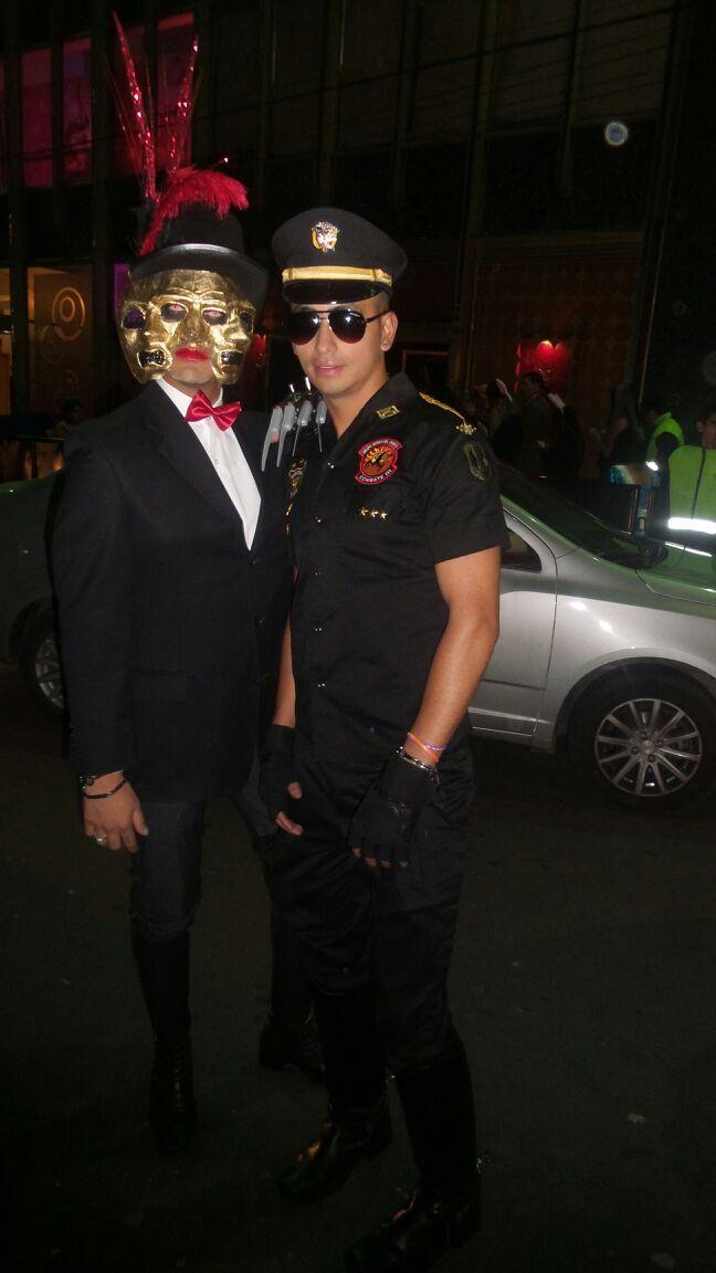 Con un policia...