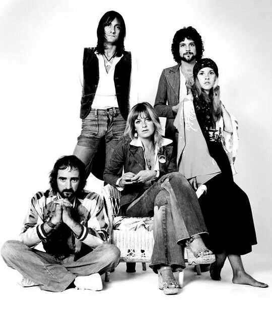 Stevie, barefoot for some reason, with the other members of Fleetwood Mac, 1975 ❤♥♫♥❤