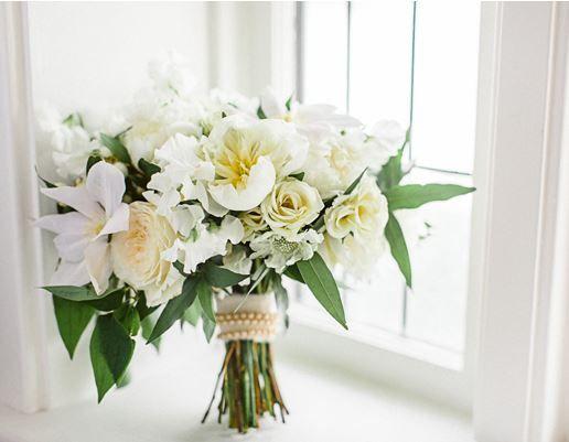 La puissance des roses, orchidées et autres bijoux floraux cueillis ici et ailleurs, rehaussés de feuillages verdoyants, étincelle.