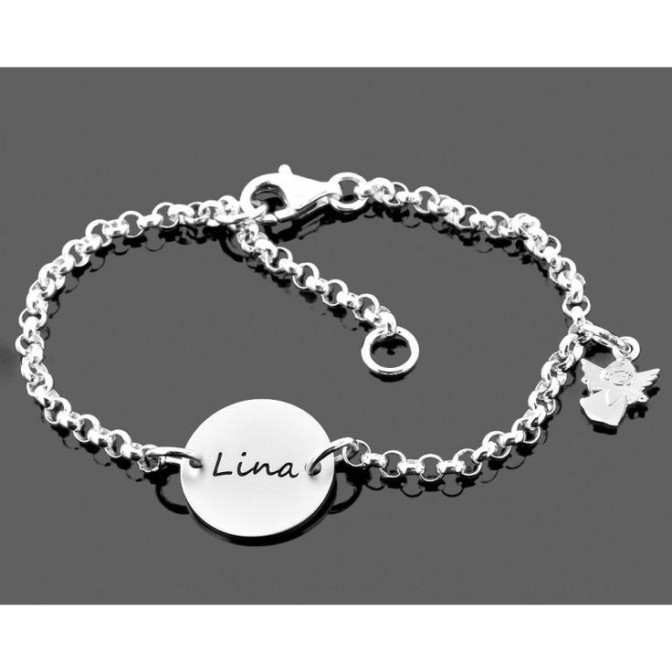 Ein wunderschönes 925 Sterling Silber Armband mit einem ca. 1,3 cm großen Gravurplättchen. In der Mitte des Plättchens stehen Ihnen für Ihren Wunschnamen bzw. Wunschtexr max. 16 Zeichen inkl. Leerzeichen für die Gravur zur Verfügung. An dem Armband hängt ein kleiner 925 Sterling Silber Engel.
