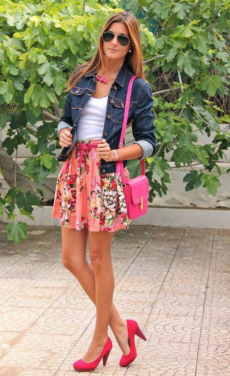 Si eres el tipo de chica de jeans y camiseta, te va a gustar la combinación de una chaqueta vaquera azul marino y una falda skater de flores rosada. ¿Te sientes ingenioso? Dale el toque final a tu atuendo con zapatos de tacón de cuero rosa.