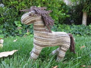 How to Knit a Horse - Free Knitting Tutorial here: http://womantalk.wordpress.com/2009/07/01/how-to-knit-a-horse/