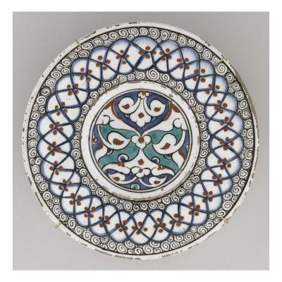 Plat au grand fleuron en réserve - Musée national de la Renaissance (Ecouen)