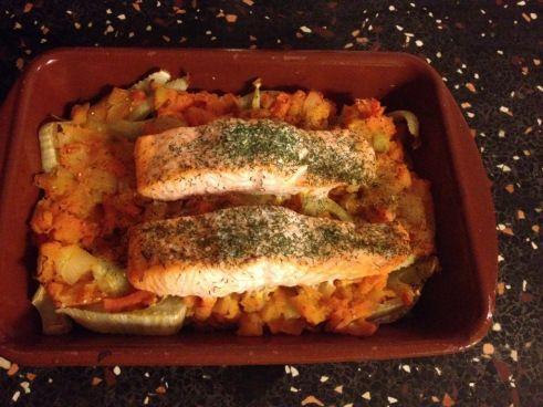 Hoe maak je deze schotel? Verwarm de oven voor op 200 graden. Vet de ovenschaal in met wat olie. Snijd de korte stelen van de venkelknollen en verwijder de harde kern aan de onderkant van de knol. Snijd de bollen in plakken. Snijd ook de wortelen in plakjes. Kook de groenten 10 minuten en giet ze af. Snipper de ui. Stamp de wortelen samen met de ui tot een puree. Bedek de ovenschaal met de venkel en puree. Bestrooi met wat nootmuskaat. Zet de schaal 30 minuten in de oven. Dek de schaal af…