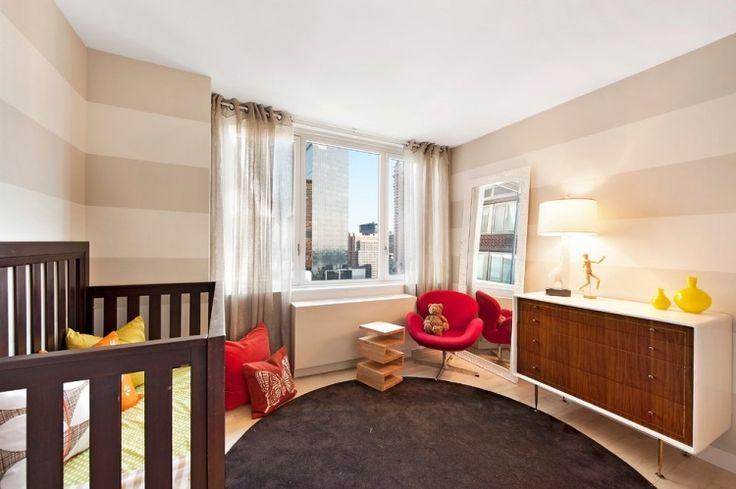 Streifen in Creme-Beige im Babyzimmer und rote Akzente