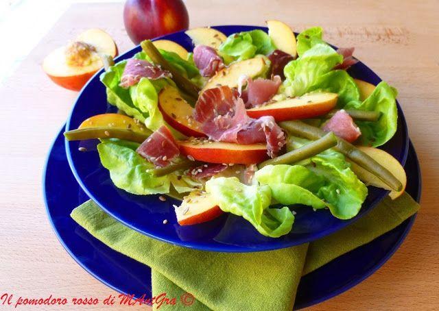 Il Pomodoro Rosso di MAntGra: Pesche nettarine, lattuga e fiocco di prosciutto