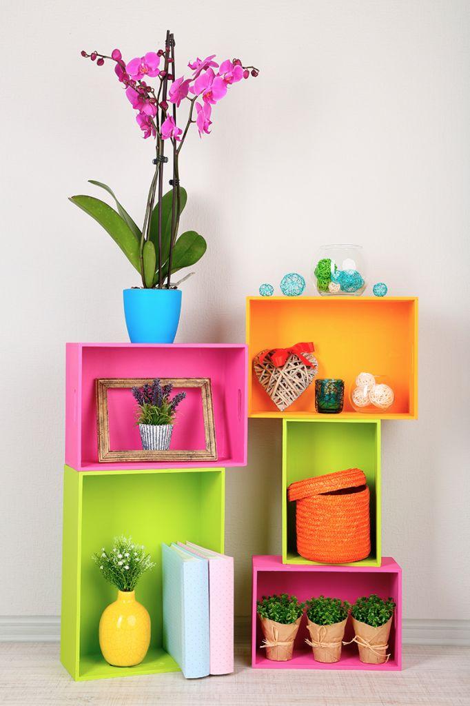 Sé parte de la eco-decoración y contribuye con el medio ambiente haciendo manualidades con materiales reciclables, las cuales se pueden convertir en un mueble u objeto decorativo que complementará mejor tu espacio. Conoce a continuación opciones para decorar tu hogar con materiales reciclados.