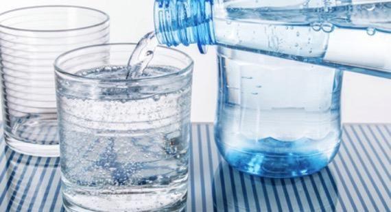 Vous souhaitez perdre du poids et vous cherchez une bonne astuce très simple à mettre en place pour avoir moins faim et donc diminuer vos portions ? Il est recommandé, avant chaque repas, de boire un grand verre d'eau gazeuse. Prenez le temps de le boire doucement, vous verrez, vous...