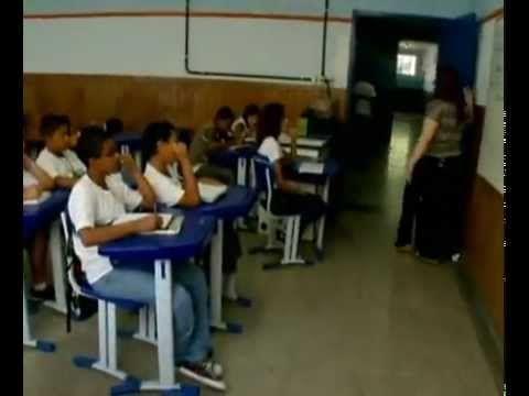 Existe SIM uma escola diferente de tudo o que você já viu. Lá as crianças são educadas e não conformadas.