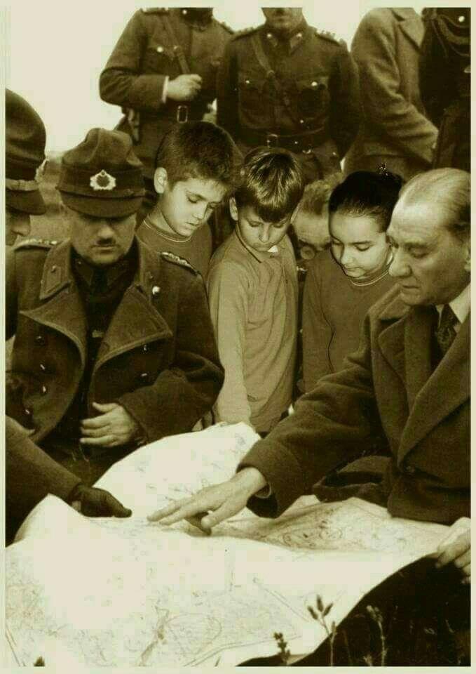 ÜZÜLME ÇOCUK HERKES BİRGÜN ÖLÜR.! KİMİ TOPRAĞA KİMİ YÜREĞE GÖMÜLÜR.. Atatürk'ün az ve nadir fotoğraflarından olup Sizler için paylaşılmıştır